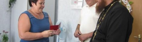 """22 июля 2016 года в торжественной обстановке в стенах Администрации Киясовского района Благочинному Киясовского округа священнику Владимиру Шелих было вручено почетное удостоверение """"общественного воспитателя несовершеннолетнего""""."""